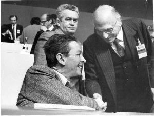 Maurizio Valenzi stringe la mano al segretario Pci Enrico Berlinguer