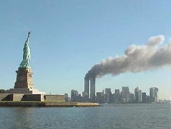 La statua della Libertà e le Torri gemelle mentre bruciano