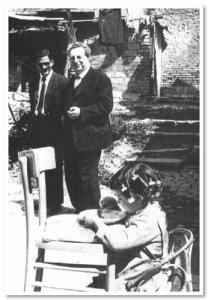 Pasolini in una borgata romana con Carlo Levi - 1970